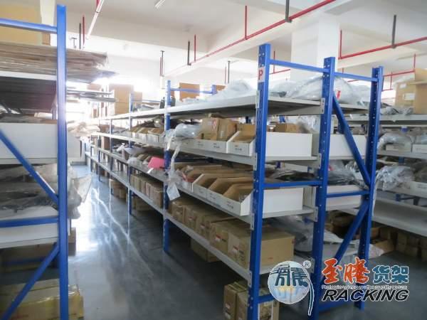 由我们至腾全程设计和生产的汽配城仓库汽配货架工程,一期已经安装完毕投入使用。  我们根据客户的要求,按区域,设计了中型货架,主要是针对仓库配件;同时,我们还在其它区域设计了钢平台和货架平台,以供客户摆放不同的产品及办公使用。一期工程,主要是仓库的配件货架。配件货架设计时,我们在满足客户的摆放要求,使用了性价比最高的中型蝴蝶孔货架。在颜色配置上,我们选用了蓝色立柱,白色层板和横梁。  中型货架,在使用中,双摆连接往往可以使用三立柱货架,从而最大限度的降低采购成本,同时,产品性能也没有降低,在使用时,稳定性也